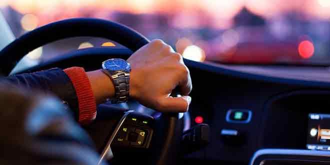 दुखी ड्राइवर खतरनाक ड्राइविंग करता है